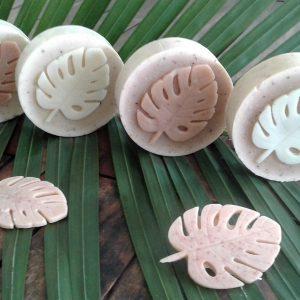 """Collection """"Ape""""  Savon pitate citronrond exfoliant (135g), enrichi au beurre de karité et à la poudre de pépins de papaye, parfumé au jasmin et au citron."""